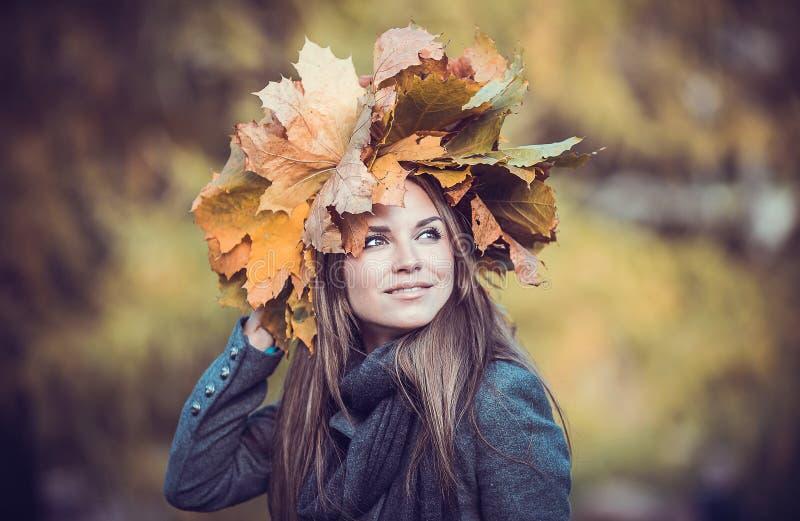 Menina com o ramalhete no parque do outono fotografia de stock