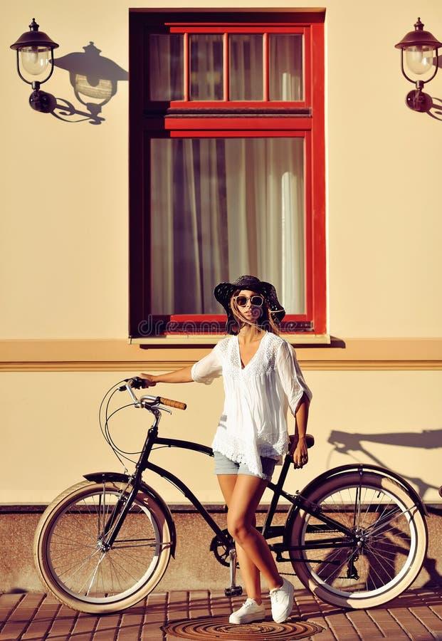 Menina com o retrato exterior da forma da bicicleta do vintage fotos de stock