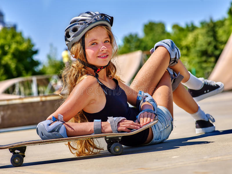 Menina com o skate no parque do patim fotografia de stock royalty free