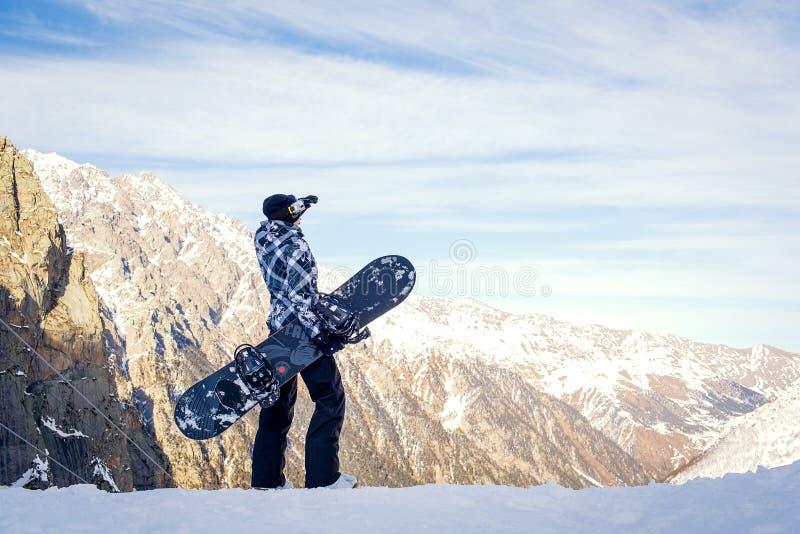 A menina com o snowboard fotos de stock royalty free