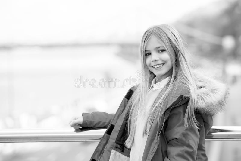 Menina com o sorriso longo louro do cabelo exterior fotografia de stock royalty free