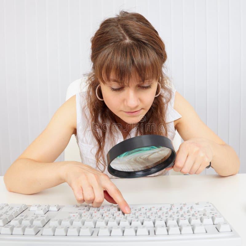 Menina com o teclado deficiente do eyesight e de computador imagens de stock