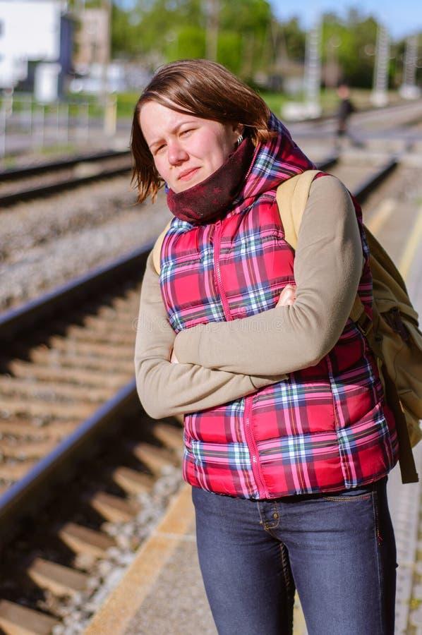 Menina com o trem das esperas da trouxa foto de stock royalty free