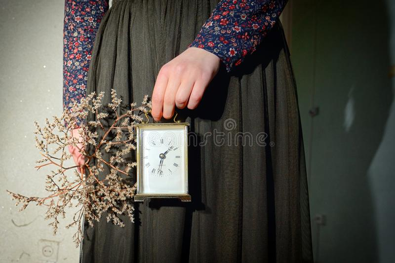 Menina com o vestido do vintage que guarda o pulso de disparo imagens de stock royalty free
