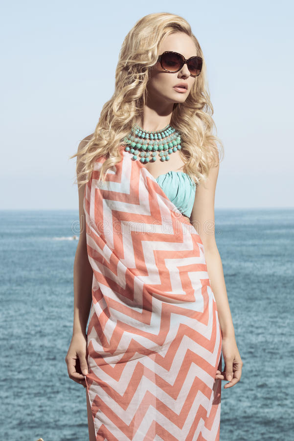 Menina com olhar do verão da forma fotos de stock royalty free