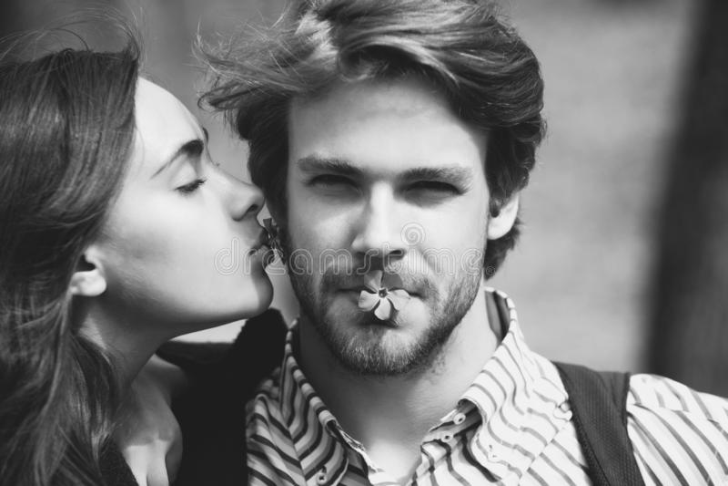 Menina com olhos fechados que beija o homem considerável no mordente fotografia de stock