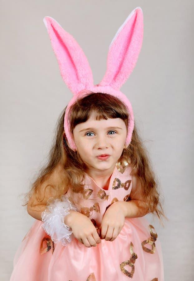 Menina com orelhas do coelho fotografia de stock