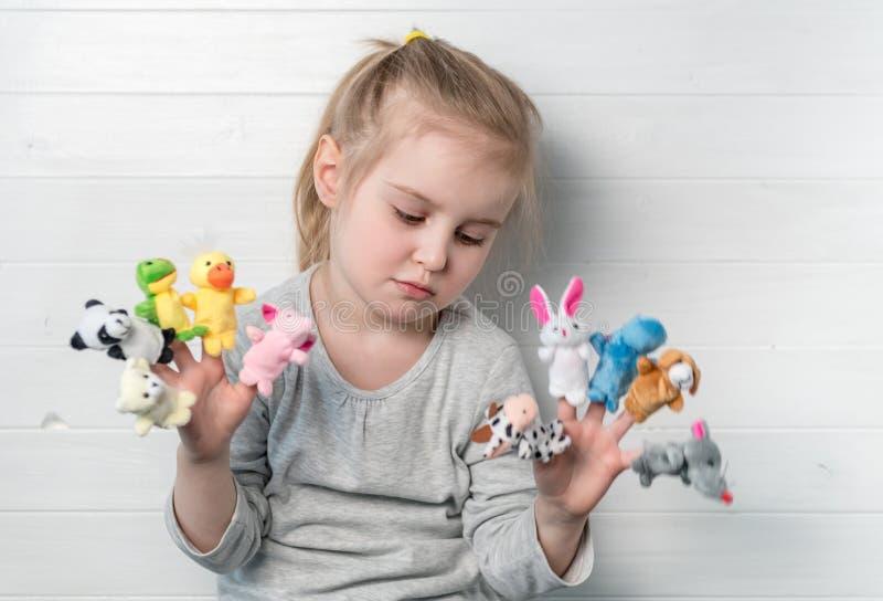Menina com os fantoches da boneca em suas mãos imagens de stock royalty free