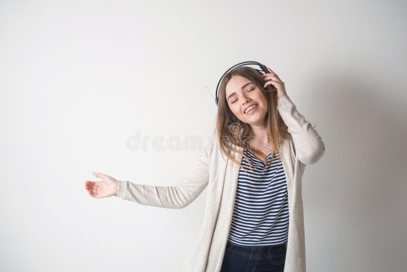 Menina com os fones de ouvido, escutando a música fotos de stock