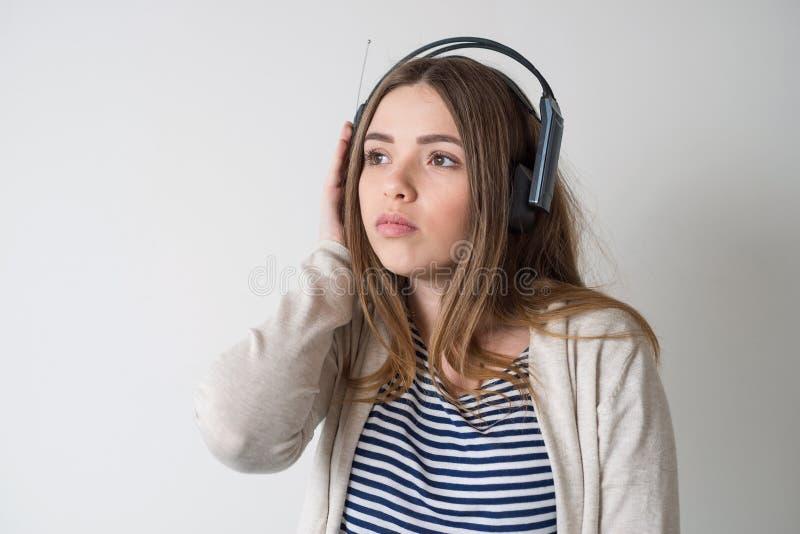 Menina com os fones de ouvido, escutando a música foto de stock royalty free