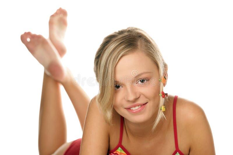 Menina com os grampos fruity no cabelo fotografia de stock