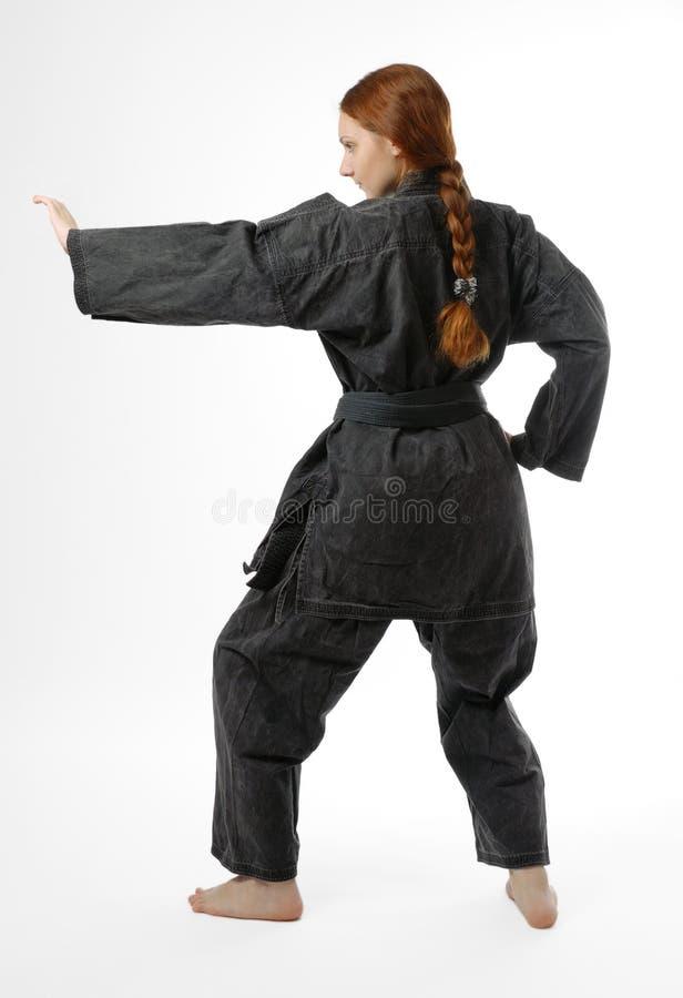 Menina com os pés descalços na posição do combate, vista traseira fotografia de stock royalty free