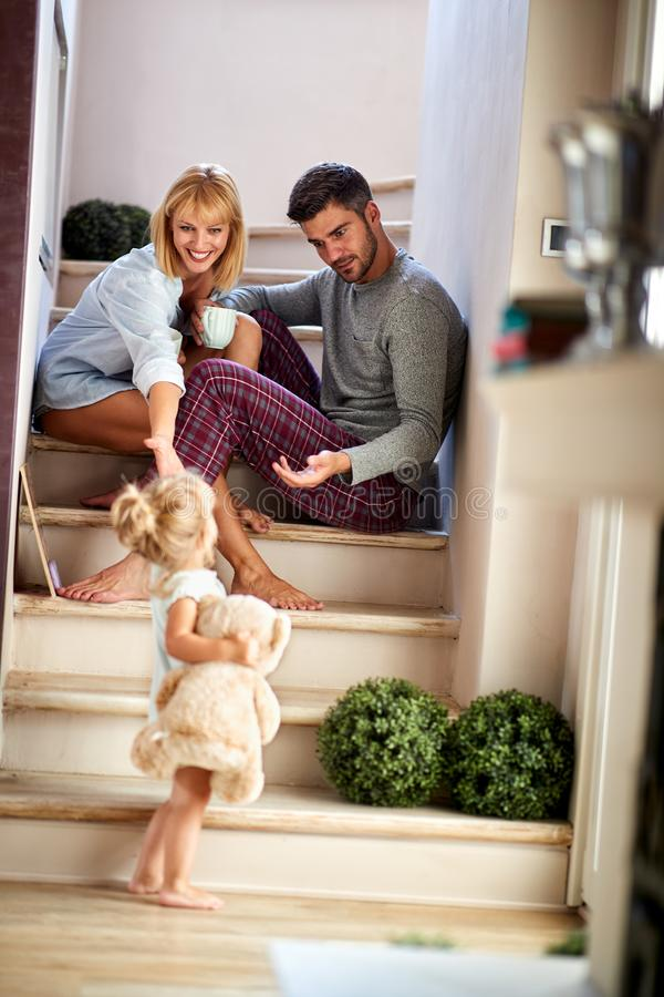 Menina com os pais que jogam e que guardam o urso de peluche foto de stock royalty free