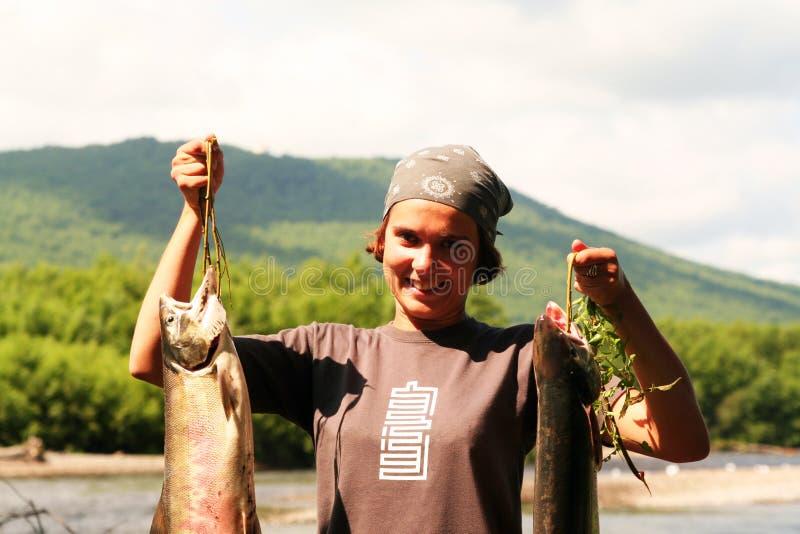 A menina com os peixes fotos de stock royalty free