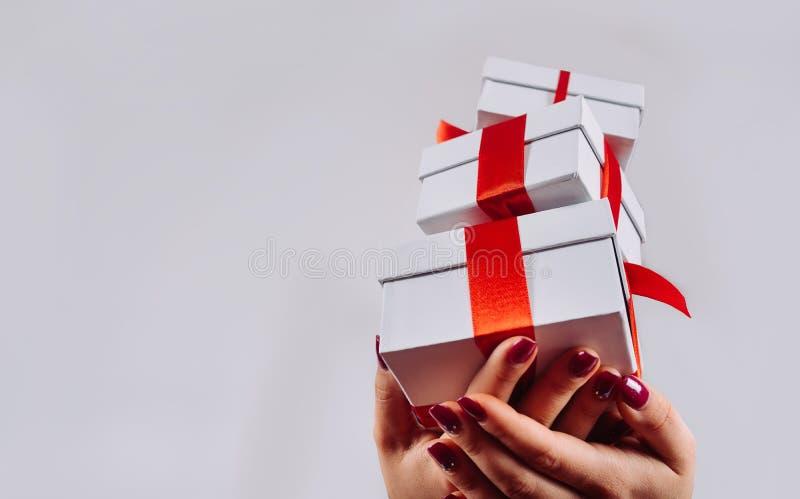 Menina com os presentes do Natal nas mãos fotografia de stock royalty free
