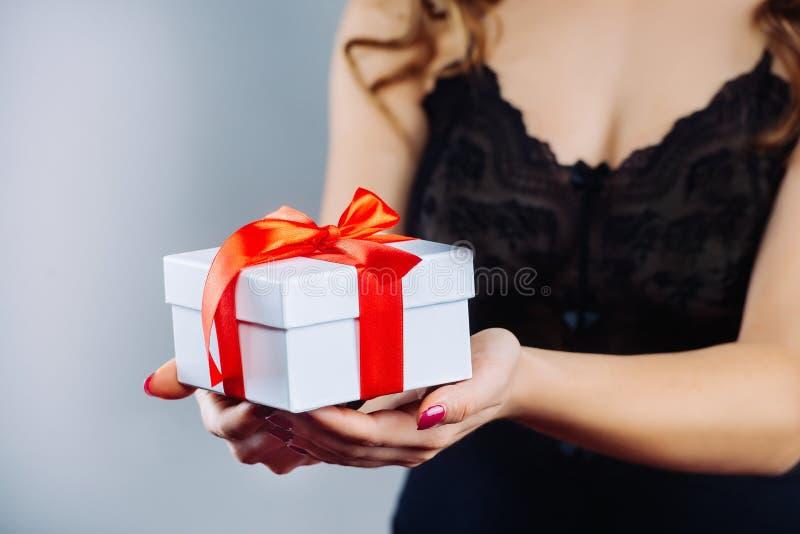 Menina com os presentes do Natal nas mãos fotos de stock
