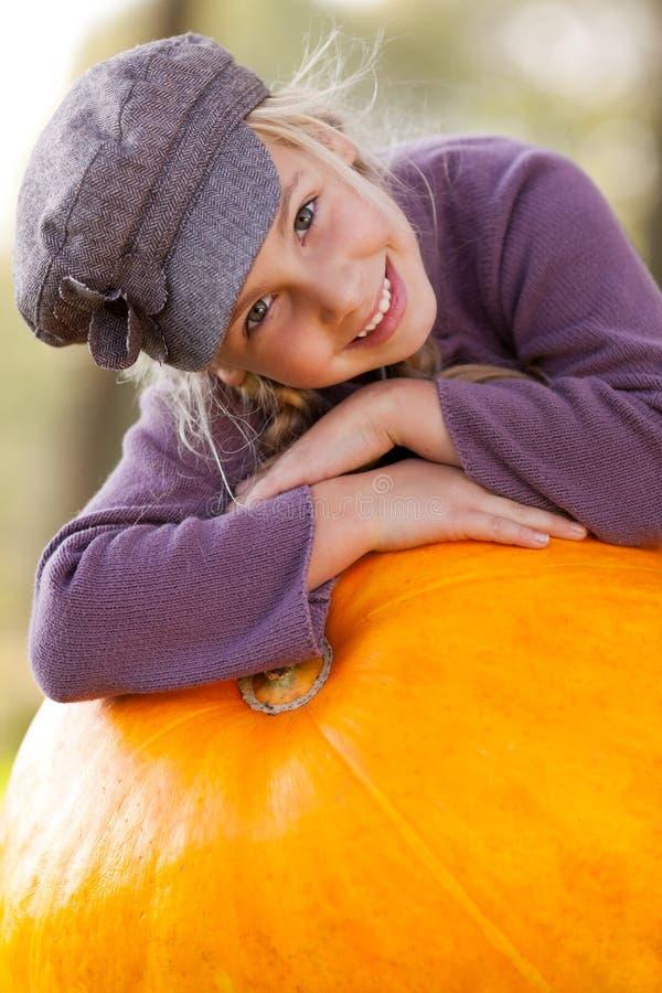Menina com outono enorme da abóbora fotografia de stock