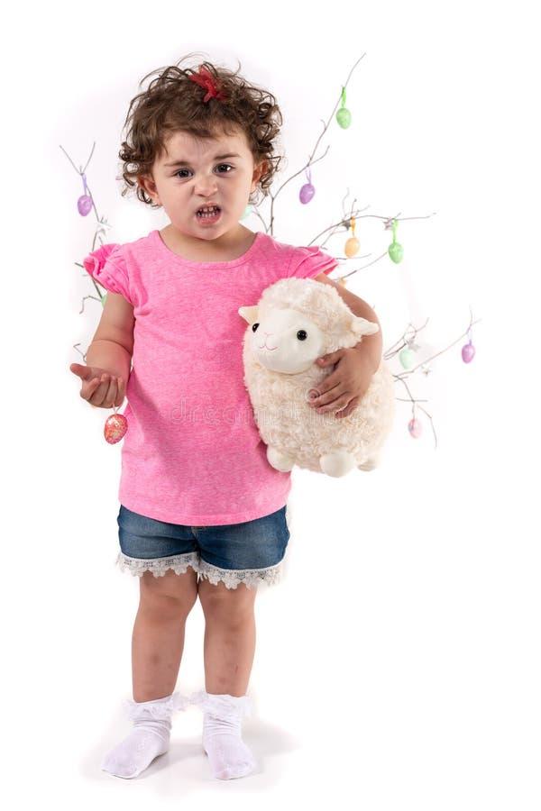 Menina com ovos da p?scoa e cordeiro foto de stock royalty free