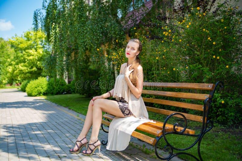 Menina com pés muito longos em uma saia curto foto de stock royalty free