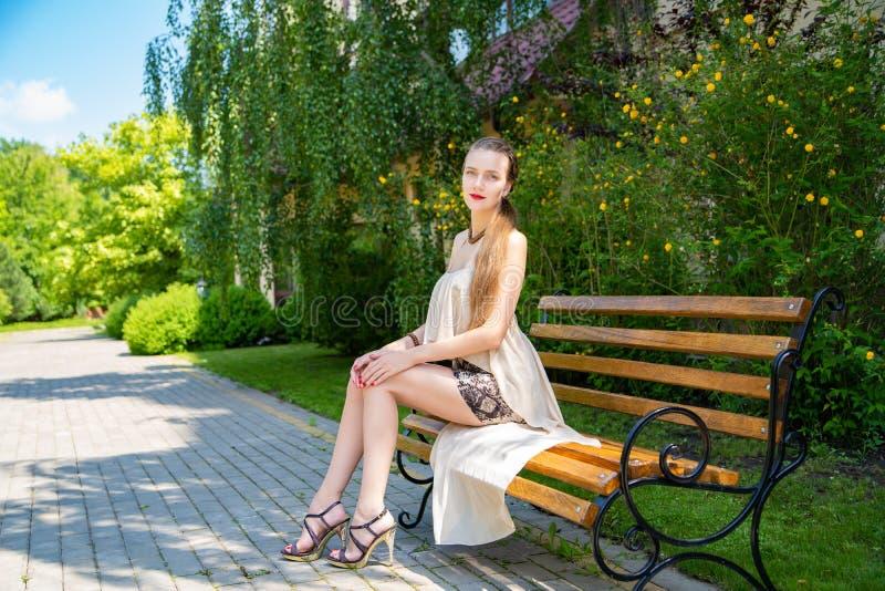 Menina com pés muito longos em uma saia curto foto de stock
