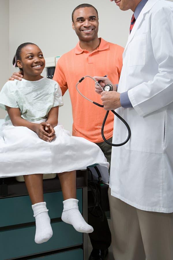 Menina com pai e doutor fotos de stock