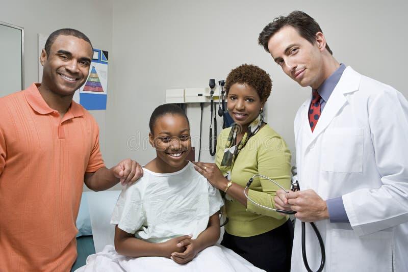 Menina com pais e doutor imagem de stock royalty free