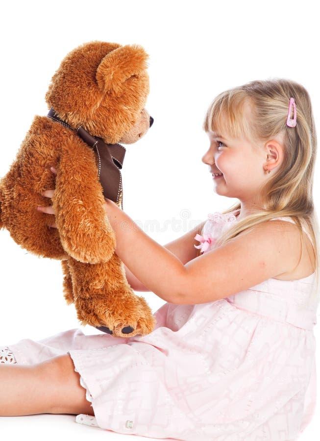 A menina com peluche-carrega imagem de stock