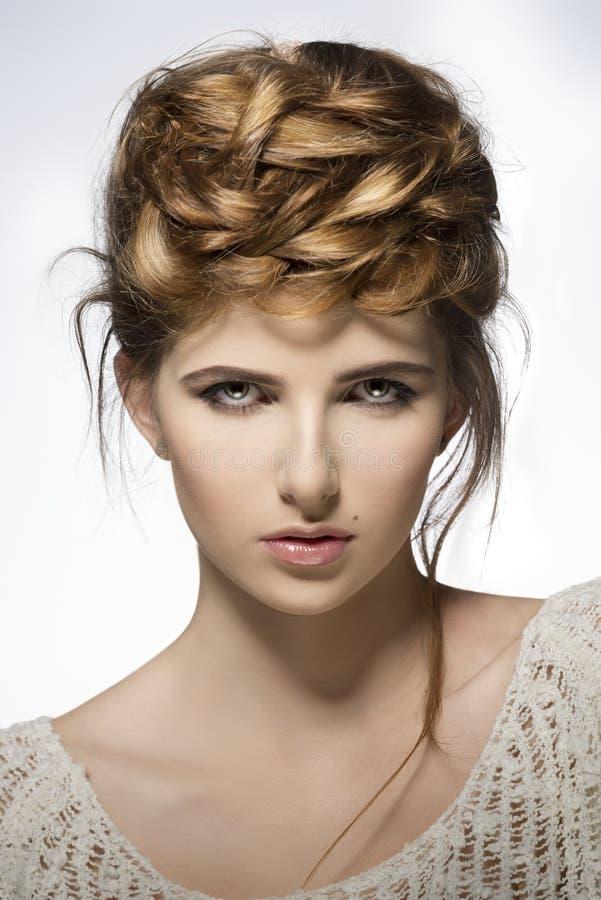 Menina com penteado bonito criativo fotos de stock royalty free