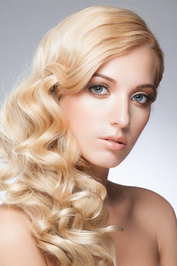 Menina com penteado e composição fotografia de stock royalty free