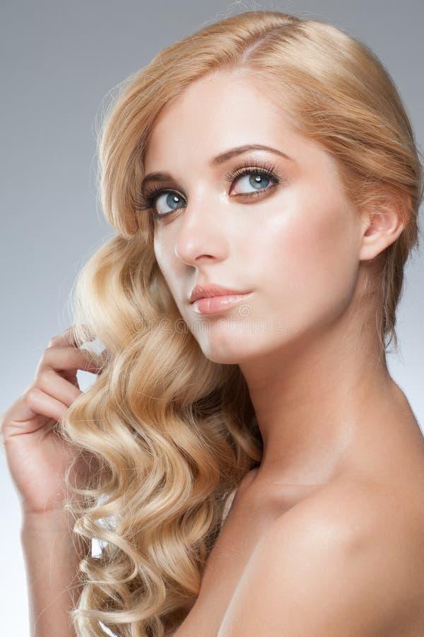 Menina com penteado e composição fotografia de stock