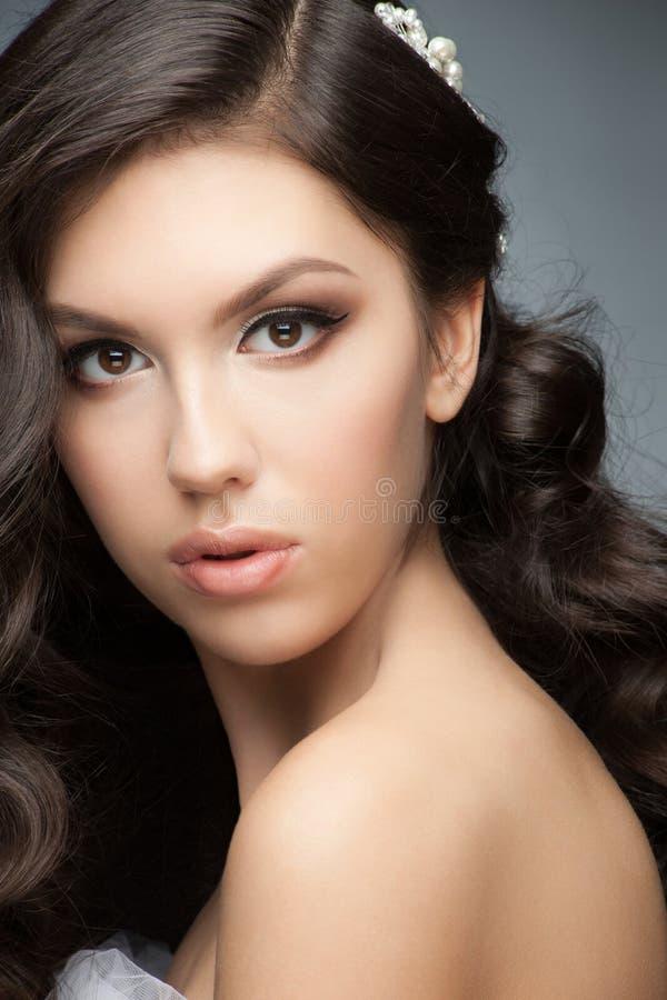 Menina com penteado e composição nupciais imagem de stock royalty free
