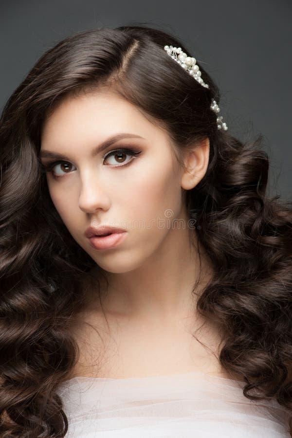 Menina com penteado e composição nupciais foto de stock