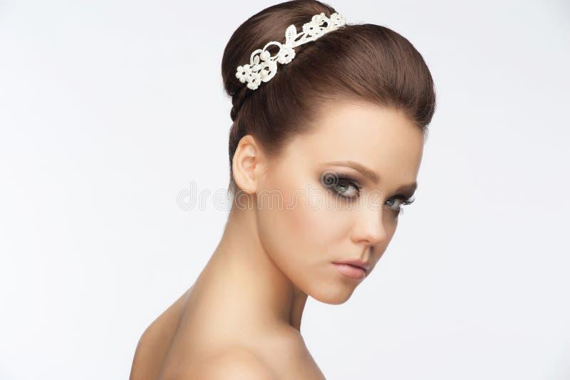 Menina com penteado e composição nupciais fotografia de stock royalty free