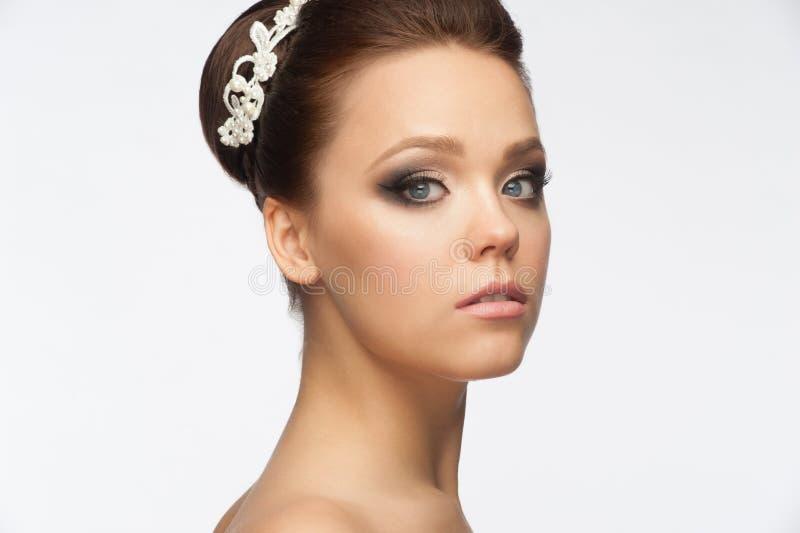 Menina com penteado e composição nupciais fotos de stock
