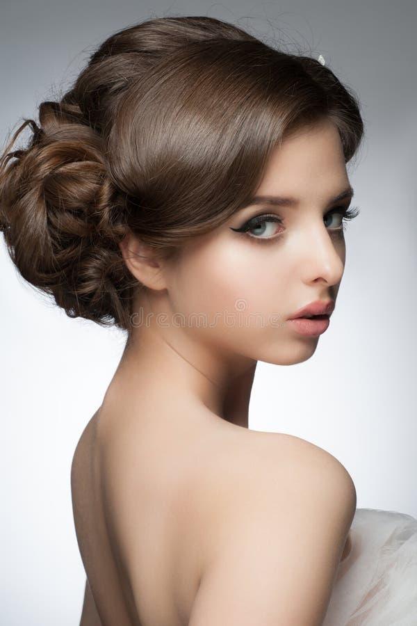 Menina com penteado e composição nupciais imagem de stock