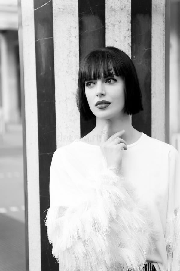 Menina com penteado moreno do cabelo em Paris, france fotografia de stock