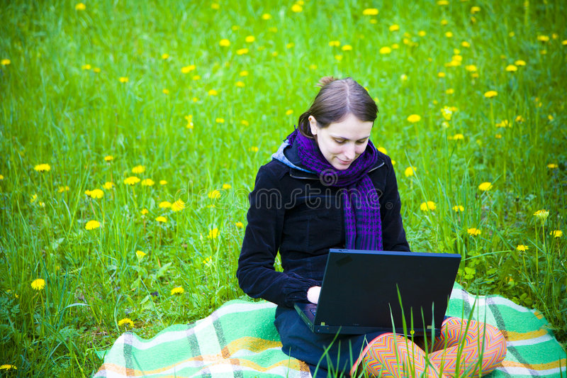 Menina com portátil fotografia de stock