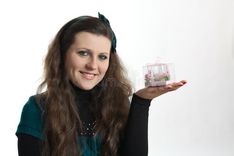 Menina com presente fotografia de stock royalty free