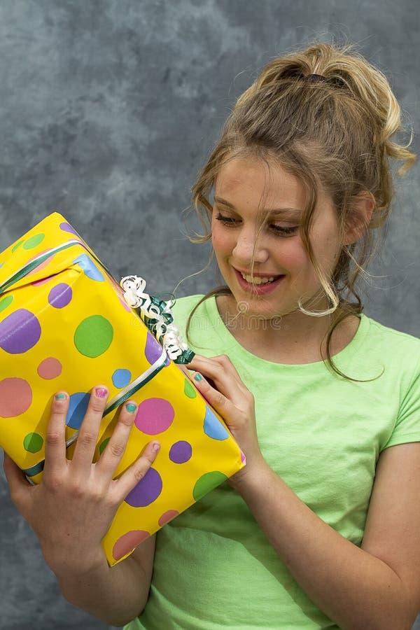 Menina com presente de aniversário imagem de stock