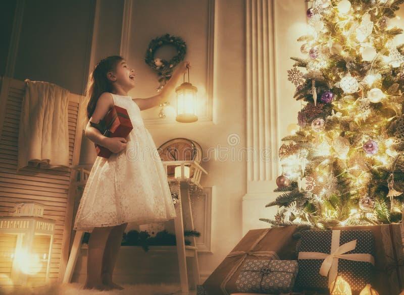 Menina com presente de Natal fotos de stock royalty free