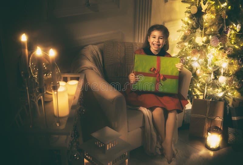 Menina com presente de Natal imagens de stock royalty free