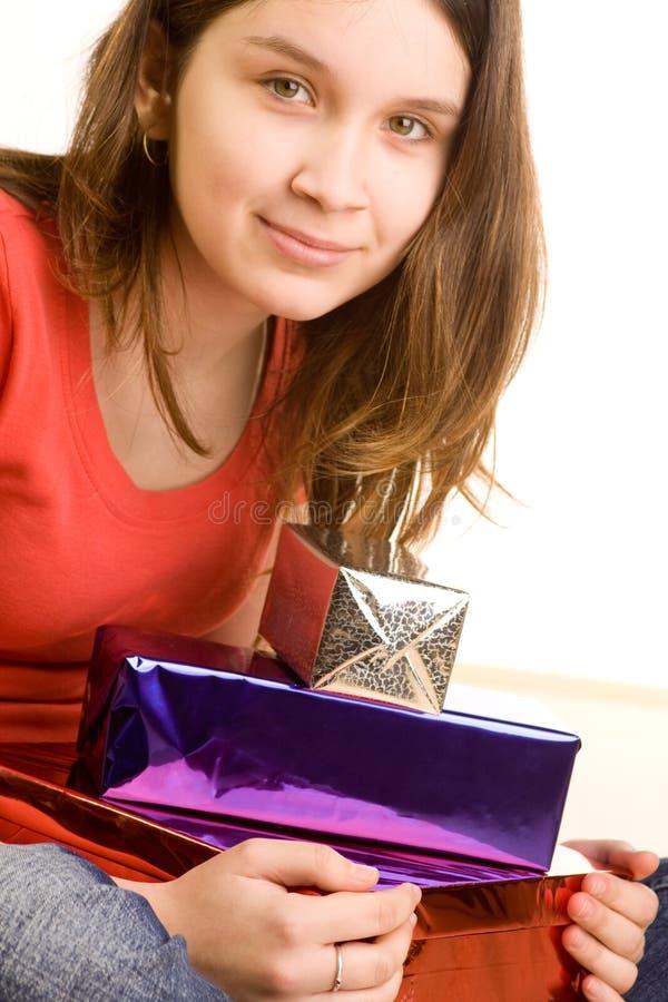 Menina com presentes de aniversário fotografia de stock
