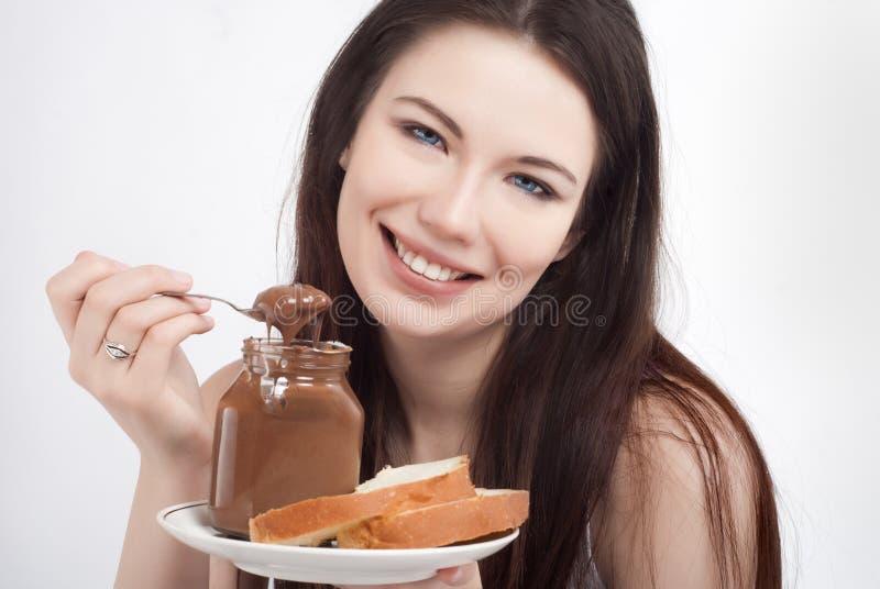 Menina com propagação do chocolate imagem de stock