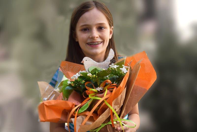 Menina com ramalhete da flor fotografia de stock royalty free