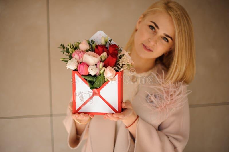 Menina com ramalhete em uma caixa de presente fotografia de stock royalty free