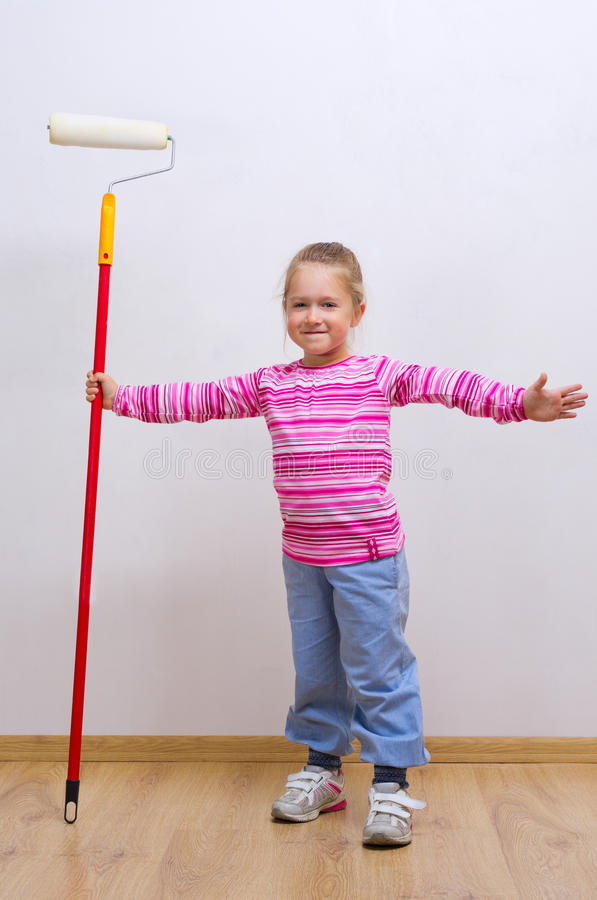 Menina com rolo de pintura imagens de stock