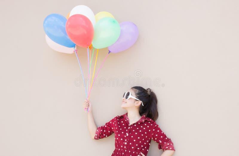 Menina com série colorida dos balões fotografia de stock royalty free
