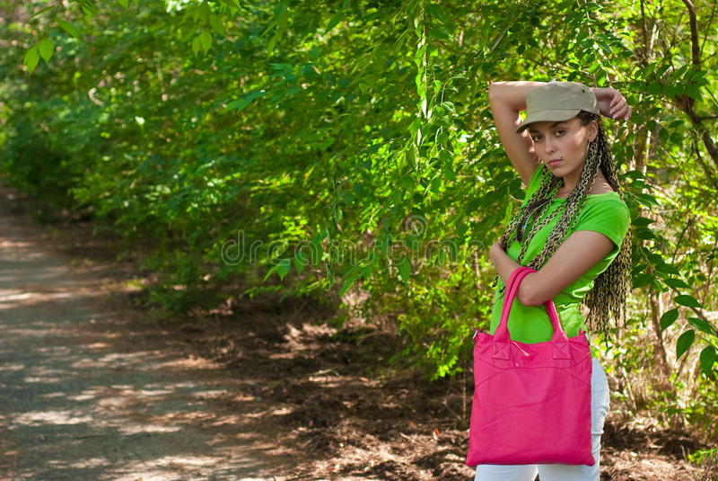 Menina com saco cor-de-rosa foto de stock royalty free