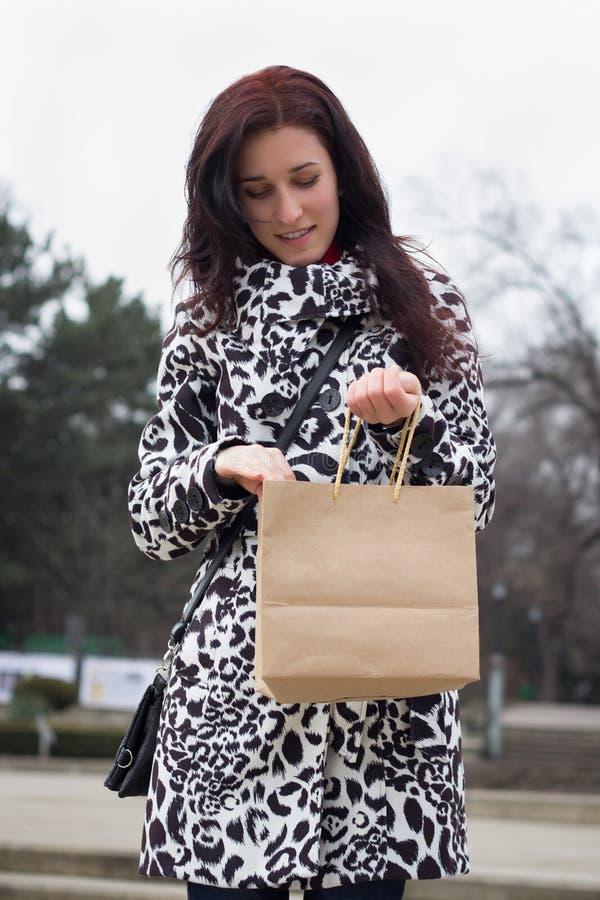 Menina com saco de compras imagens de stock