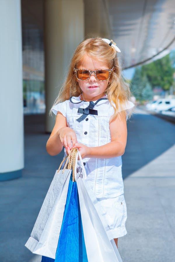 Menina com sacos de compra - sally foto de stock